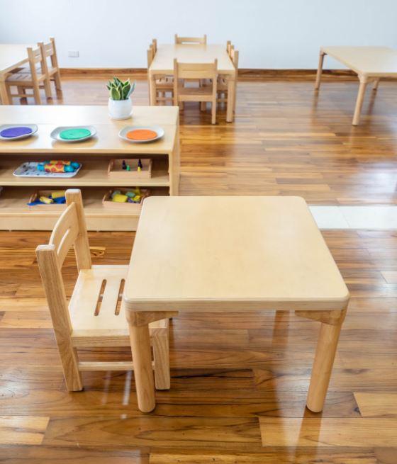 bàn ghế gỗ tự nhiên cho nhà trẻ