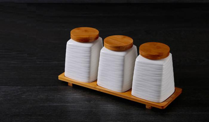 Những chiếc lọ be bé bằng gốm sứ với phần nắp đậy bằng gỗ