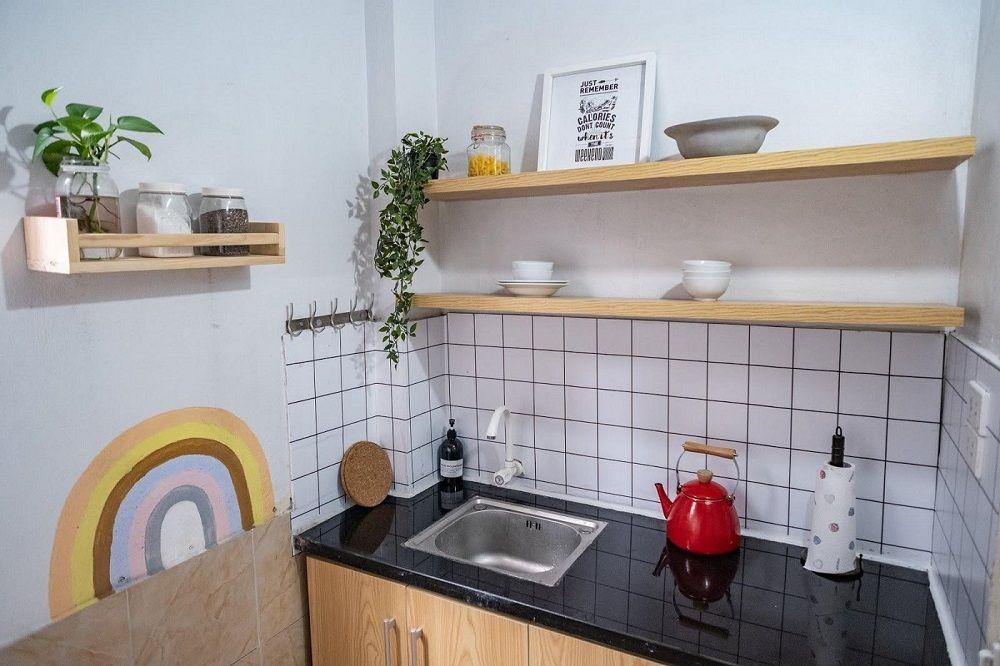 Kệ treo tường trang trí góc bếp