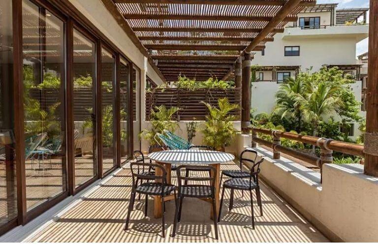thiết kế khu vườn sân thượng đẹp với mái che