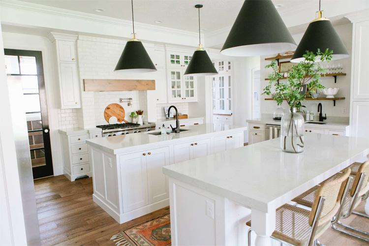 Thiết kế phòng bếp nổi bật với gam màu trắng