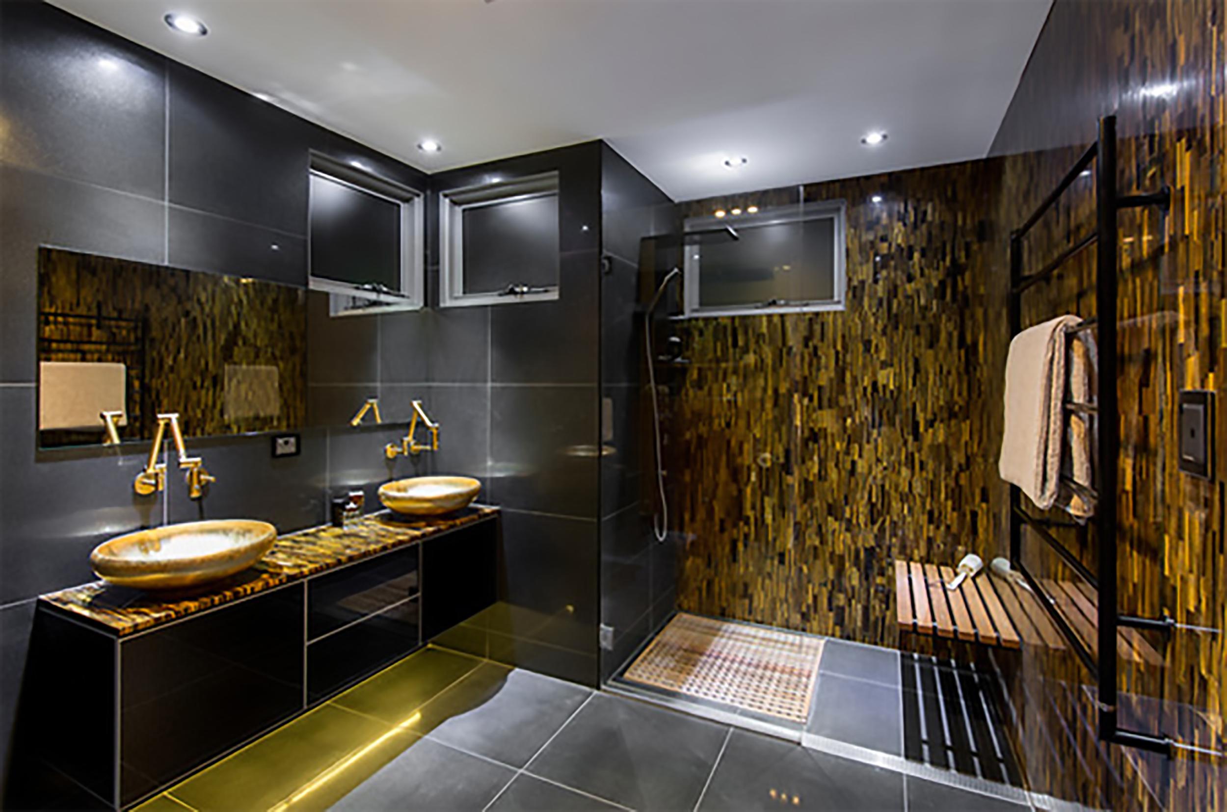 phòng tắm mang tông màu trầm