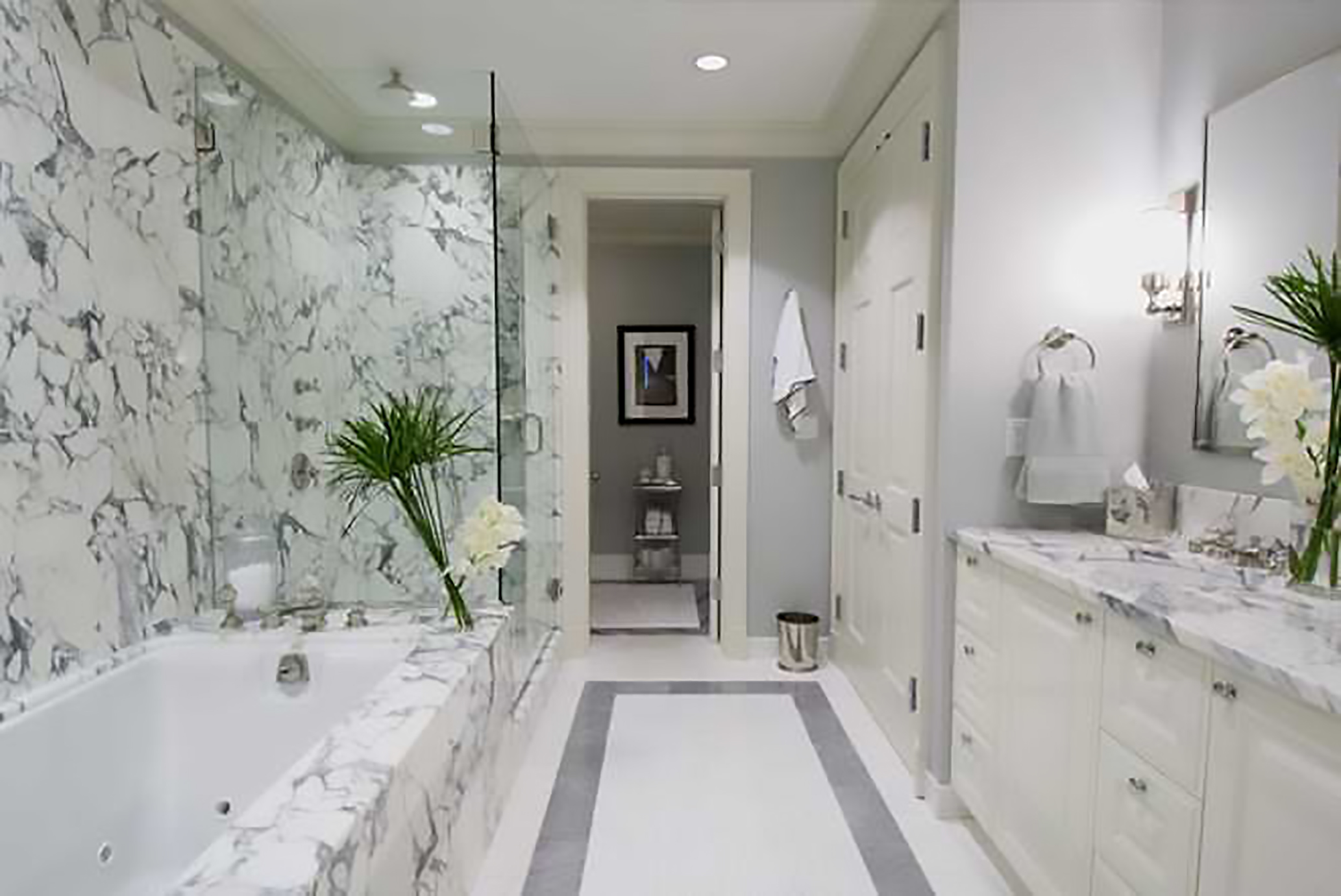 phòng tắm ốp gạch trắng marble